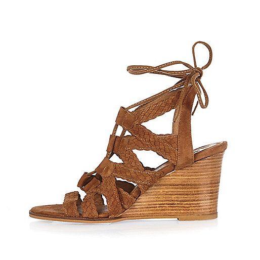 Deze bruine suède sleehakken met gevlochten bandjes en veters zijn perfect voor de lente en zomer, en ook nog eens in de uitverkoop! #mode #inspiratie #schoenen #sandalen #sleehak #lace-up #sandals #heels #shoes #shopaholic #fashion #inpiration #sale