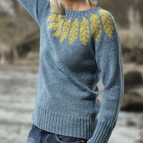Størrelser: S | M | L | XL Sweaterens brystvidde:101(106)111(116) cm. Længde:ca. 59(60)61(63) cm.  Modellen på foto bruger konfektions str. 38, og sweateren er opstrikket i str. M.  Farve: Se farveprøver