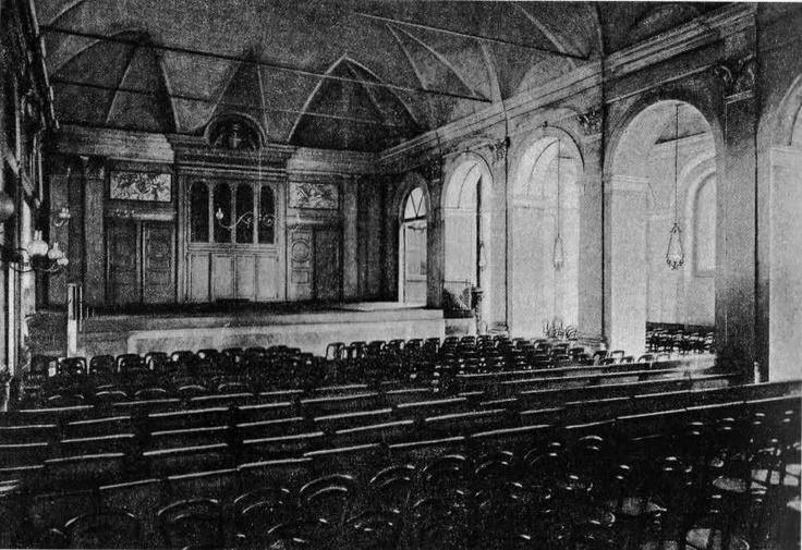 La sala piccola del Conservatorio G.Verdi ricavata dall'antico convento dei Lateranensi nei primi del '900. L'edificio sarà bombardato nel 1943 e demolito completamente nel dopoguerra.