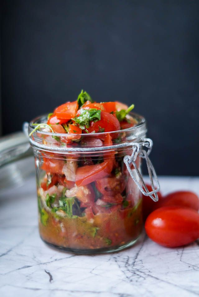 Hvis du også elsker en god hjemmelavet burger, så skal du prøve at lave denne spicy tomat salsa til. Normalt plejer min kæreste blot at få en god øko ketchup i sin burger, men denne salsa var virkelig et hit hos os. Hvis du ikke kan lide frisk koriander, så …