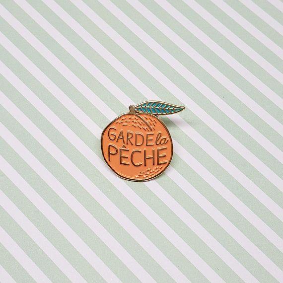 Pins Garde la pêche Les années 90 sont de retour : coucou les pins ! Déclarez votre amour pour B2O avec ce pins qui ira très bien sur votre veste en jean :) #annéescollège  INFORMATION PRODUIT :  • Matériel : contour en métal doré et couleur en émail (orange et vert) • Dimensions : 2,5 x 2,5 cm • Les pins Garde la pêche, sont emballés avec une carte dans une pochette plastique transparente, et envoyés dans une enveloppe à bulles et avec un numéro de suivi.  Copyright © 2016 Lolita Picco…