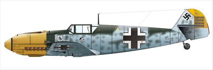 Messerschmitt Bf 109 best seller de la Segunda Guerra Mundial Messerschmitt Bf 109-E del as de la aviación alemana Adolf Galland. Se trata del avión militar del que se construyeron más unidades durante la Segunda Guerra Mundial con 30.573 unidades permaneciendo en servicio entre 1937 y 1945. Es igualmente el avión de caza con mayor producción de toda la historia (33.984 unidades).  Al estar tan extendido entre las potencias del Eje este avión está ligado a los ases de la aviación del bando…