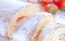 En lättbakad rulltårta med krämig fyllning av rivet skal av apelsin och färska eller frysta jordgubbar. Dekorera gärna med jordgubbar och gröna blad.