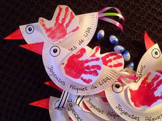 Poules de Paques à partir d'une assiette en carton. Queue en ruban de papier cadeau. Aile empreinte de main de mini. et 3 oeufs en chocolat dans le ventre ! Inspiré par d'autres épingleurs ! Flickr - Photo Sharing!