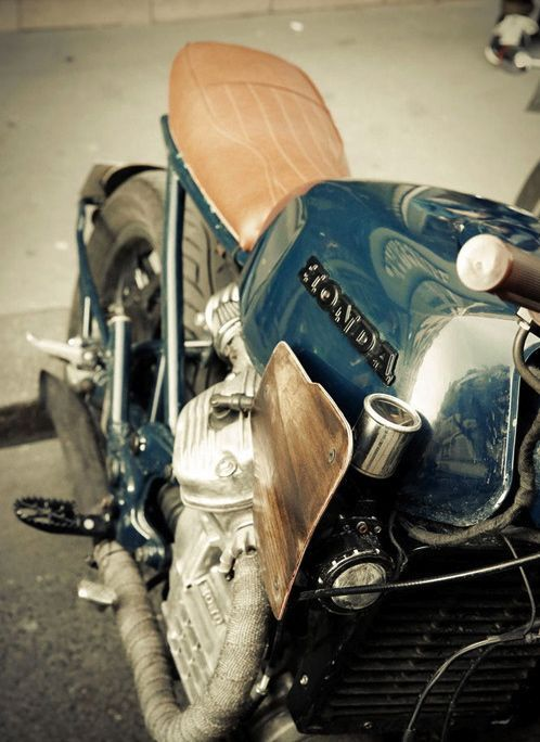 Casser les codes et en rajoutant un peu de carénage en bois, une longue portée un compteur décalé derrière ça. Belle initiative sur cette #Honda #CX.