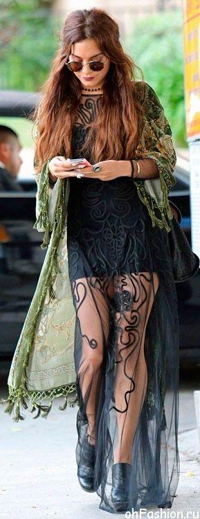 Ванесса Хадженс в длинном, черном платье и длинном кимоно