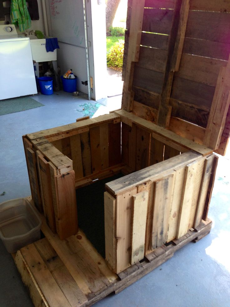 Pallet dog house 3 love that the roof tips off so it can be cleaned out.
