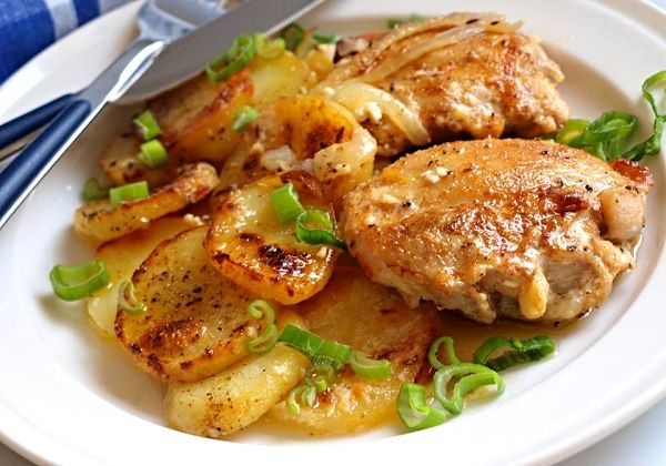 Marinovaná vykostěná kuřecí stehna nakrájená na menší kousky, zprudka opečená na sádle, pokladená do zapékací misky obložená cibulí a okořeněnými brambory, upečená v troubě doměkka přelitá šlehačkou.