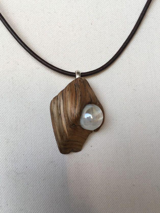 Kette Holzänhänger mit Perle. Von Kömnigswurzeln via | dawanda