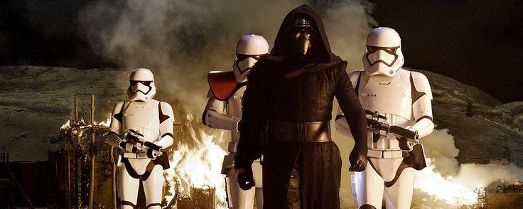 """J.J. Abrams' """"Star Wars 7"""" setzt seine Rekordjagd am Boxoffice fort: Am Wochenende zum Jahreswechsel zog es laut den ersten Hochrechnungen (via insidekino.de) ca. 850.000 Besucher in die Kinos, um sich in ein neues Abenteuer in einer weit, weit entfernten Galaxie zu begeben. Mit insgesamt etwa 6,55 Millionen Besuchern innerhalb von 18 Tagen hat die Fortsetzung der Sternenkrieg-Saga den besten Filmstart des Jahres 2015 hingelegt und befindet sich hierzulande mit einem Einspiel von ca. 74,5…"""