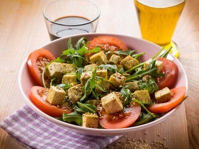 Leichter Rucola-Tofu-Salat  Ein Rezept für die gute Figur. Der Salat ist sehr kalorienarm und eigenet sich ideal zum #Abnehmen.