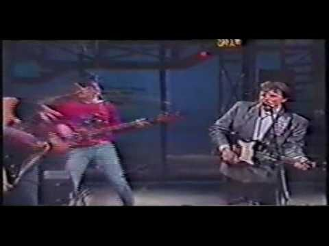 Awesome Del Shannon performance of Runaway Live with David Letterman 1986. Check out the piano man's skills!
