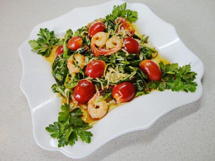 Салат с креветками руколой и помидорами