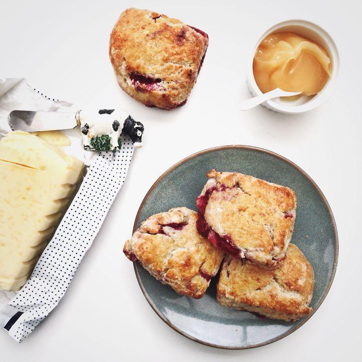 Scones met framboos en kokos, een heerlijk frisse scone met fruit. Met dit recept maak je 4 simpele en erg lekkere scones, eet ze met clothed cream!