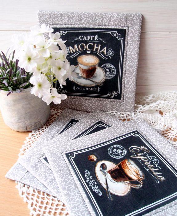Kávička+u+Janičky+Prostírání+pod+kafíčka+z+kouzelných+panelů+se+šálky+kávy,+lemovány+bavlnou+s+lístečky.+Spodní+díl+tmavá+bavlna+s+písmem,+lze+použít+oboustranně.+Pěvně+polstrována.+Velikost+20+cm+Cena+za+sadu+4+kusů+Betty+HOME+++++++++++++++++++++++++...+tvoříme+s+láskou+