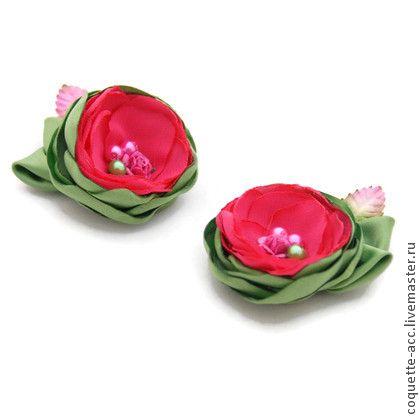 Заколки/резинки для волос `Розовый Ранункулюс`. Яркие цветы  изготовленные в оттенках ярко-розового цвета - насыщенного цвета фуксии и  салатового цвета, декорированной жемчужными бусинками и листиками в тон.    Прекрасный аксессуар для подружек невесты!