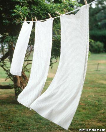 Los blancos también puede ser avivados con 1/2 taza de bórax o vinagre blanco mezclado con un galón de agua durante el ciclo de lavado. Para un impulso extra brillo, colgar la ropa en el sol para el blanqueo natural.