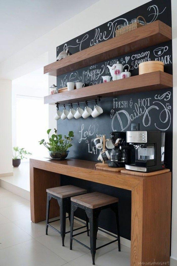 wohnungdeko schwarze tafel hölzerner tisch stühle pflanze kaffeemaschine fliesen regale tassen