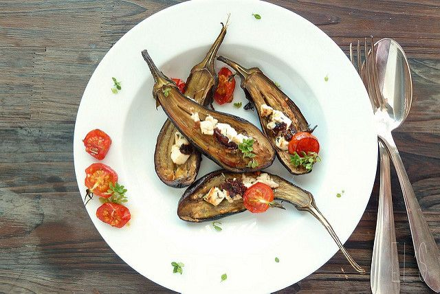 Petites aubergines grillées au four, feta, tomates confites et basilic - aime & mange