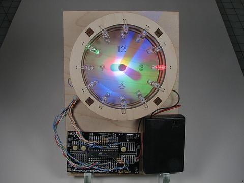 Cette horloge utilise le concept du cadran solaire, évidemment un cadran solaire amélioré puisque c'est une heure précise jusqu'à la seconde que nous affiche cette pendule. En guise de…
