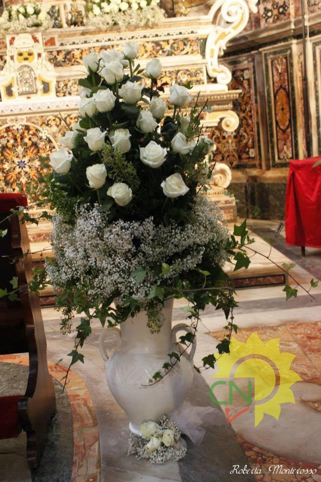 Cesto per allestimento matrimonio in chiesa, con rose bianche, edera e nebbiolina #rose #bianco #pure #wedding #white #foliage #casanaturavivaio