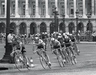 1975 -  Première arrivée sur les Champs-Elysées  Après la transformation du Parc des Princes, dont le vélodrome accueillait l'arrivée finale, c'est maintenant sur les Champs-Élysées que se joue la dernière explication.