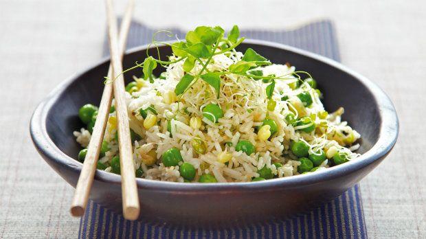Tahle krásně barevná rýže zahání chmury a do jídelníčku přivolává jaro. A kromě dvou balíčků se zeleninou na ni nepotřebujete nic, co byste běžně neměli doma.