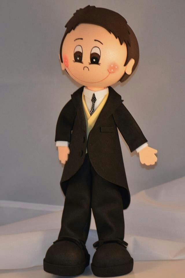 Fofucho novio con traje, chaleco y corbata.