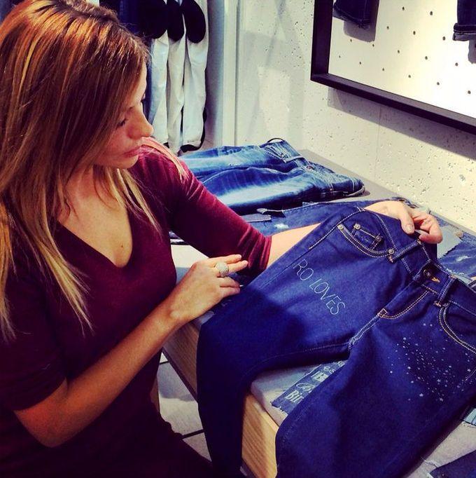 Tienda Pepe Jeans: customiza unos vaqueros para regalar o regalarte. Pon nombre a tus pantalones, elige color y adórnalos. Off you go!   Año nuevo, planes nuevos - My Lightstyle - Blogs Harper's Bazaar
