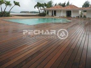 Dřevěnou terasu můžete mít i kolem bazénu.