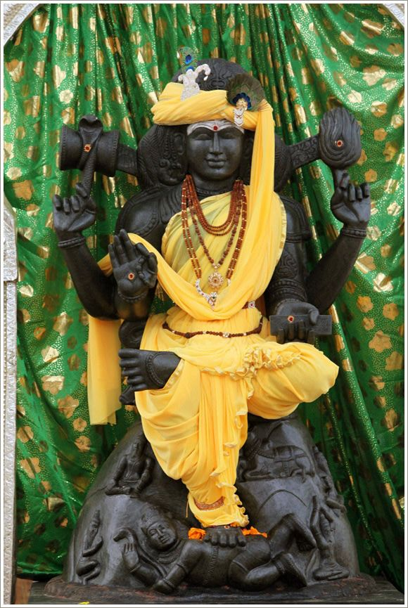 Hindu God Dhakshinamurthy for Wealth and Prosperity