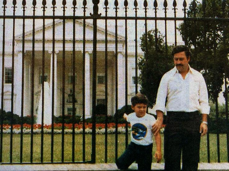 Pablo Escobar in front of the White House with his son in 1981