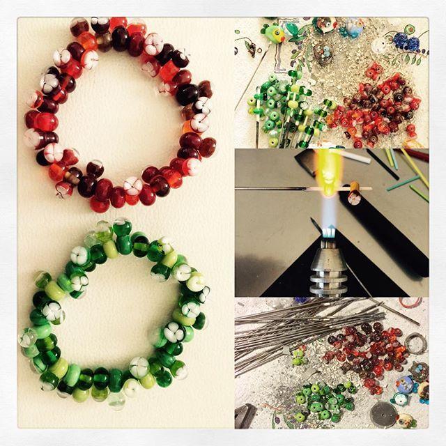 Vue que les 2 bracelets blues ont été vendu en un temps record, j'ai fait le même bracelet en rouge et vert. Pour pas refaire le même... En espérant qu'il va plaire autant!  Aangezien de 2 blauwe armbanden in recordtijd verkocht waren, heb ik dezelfde gemaakt in groen en rood. Dat is eens wat anders. Hopelijk hebben ze evenveel succes als de blauwe... #handmade #verrefilé #glassbeads #glassart #bracelet