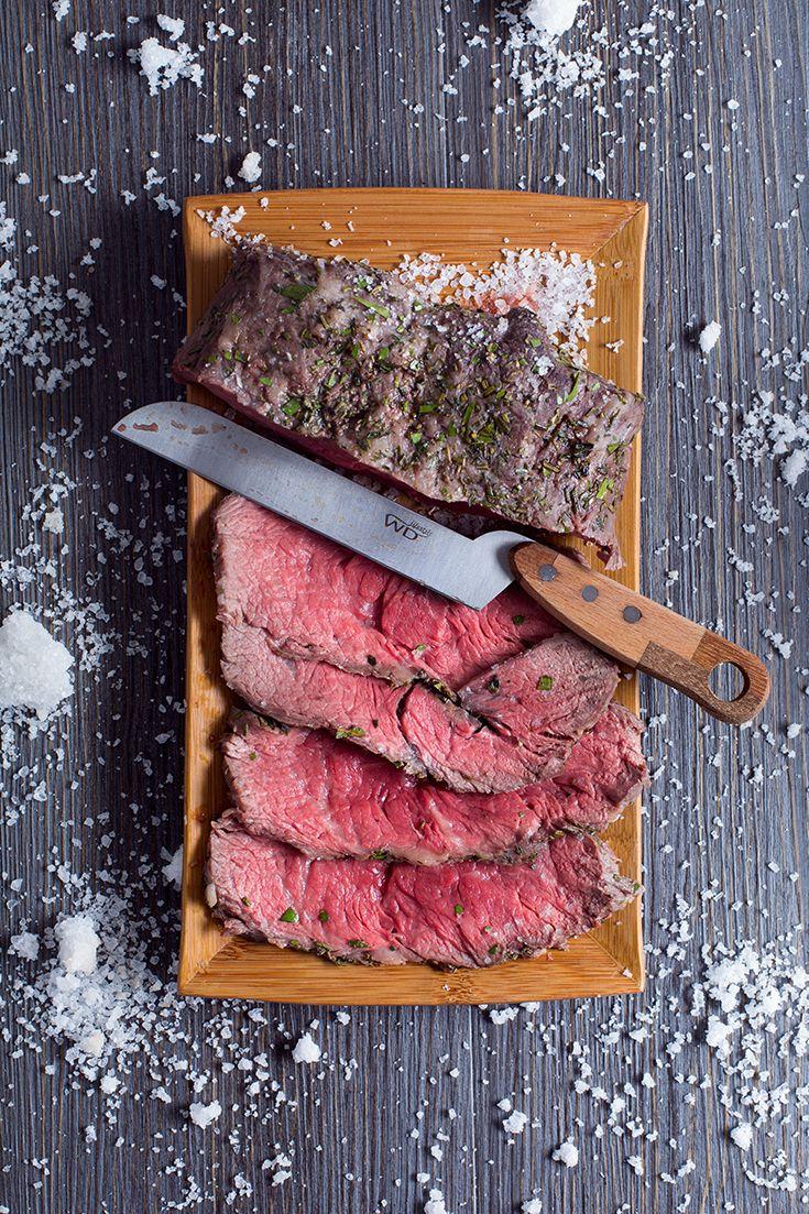Il roast beef è uno dei secondi di #carne più ambiti e ricercati, per una cena #formale o per un elegante #buffet. In questa versione, il #roast #beef in #crosta di #sale è ancor più prelibato, grazie alla particolare cottura che esalta la morbidezza del taglio. #ricetta #GialloZafferano #roastbeef