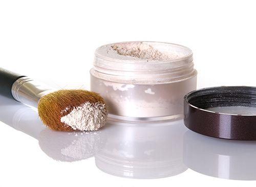Ele não só fixa a base e controla o brilho da pele. O pó translúcido também pode inclusive dar maior volume aos cílios. Vem ver como e quais são os outros jeitos de usar.
