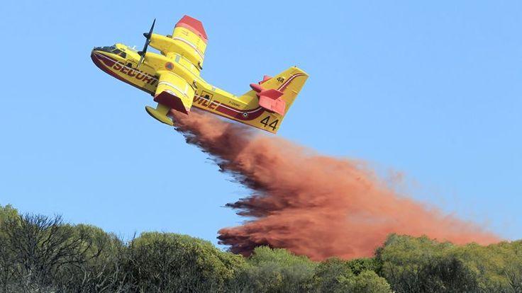EN FLAMMES. Ce mercredi 22 octobre, un Canadair effectue un largage de retardant à Ajaccio, en Corse, dans un contexte de forte sécheresse et de vents forts. D'autres incendies se sont également déclenchés sur l'île de beauté et notamment en Haute-Corse où environ 600 hectares de maquis sont partis en fumée sur la commune d'Albertacce. D'importants moyens sont mobilisés, avec le renfort des bombardiers d'eau venus de Marseille.