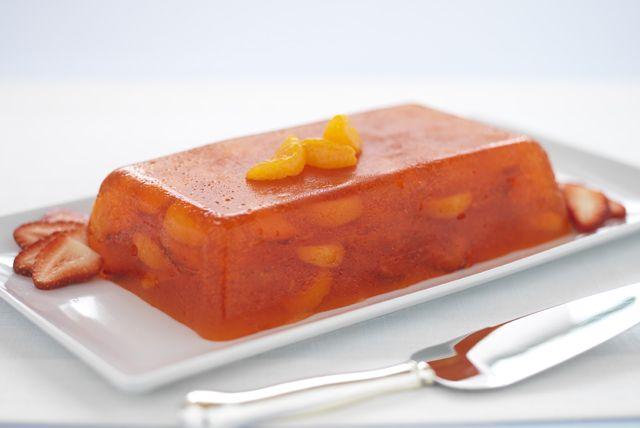 Gelatina estilo mimosa con naranjas y fresas