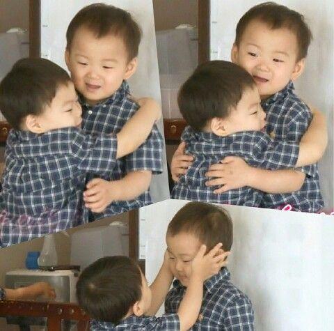 Minguk-Manse hugs