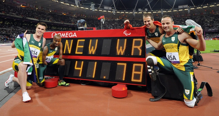 El equipo de Sudáfrica de los relevos 4X100 T42-46 Zivan Smith, Radebe Samkelo, Fourie Arnu y Oscar Pistorius posan con su nuevo récord mundial en los Juegos Paralímpicos de Londres 2012 en el Estadio Olímpico el 05 de septiembre de 2012. | Créditos: AFP / Kirk Glyn
