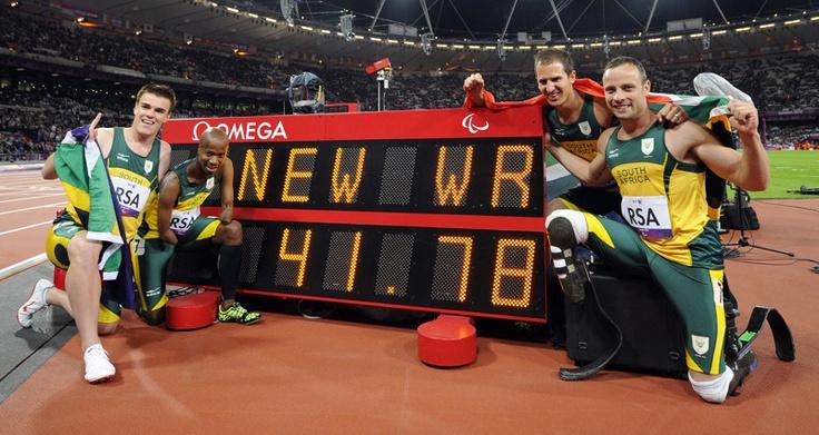 El equipo de Sudáfrica de los relevos 4X100 T42-46 Zivan Smith, Radebe Samkelo, Fourie Arnu y Oscar Pistorius posan con su nuevo récord mundial en los Juegos Paralímpicos de Londres 2012 en el Estadio Olímpico el 05 de septiembre de 2012.   Créditos: AFP / Kirk Glyn
