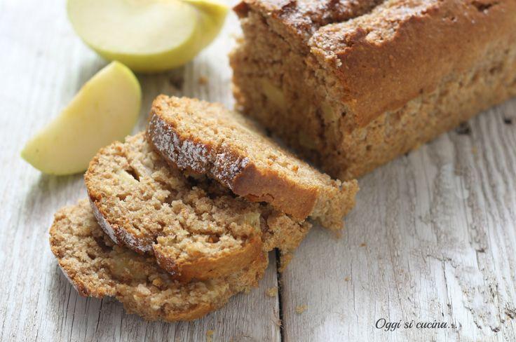 Il plumcake integrale alle mele è il dolce ideale per una colazione o merenda sana e genuina, arricchito con nocciole tostate e yogurt.