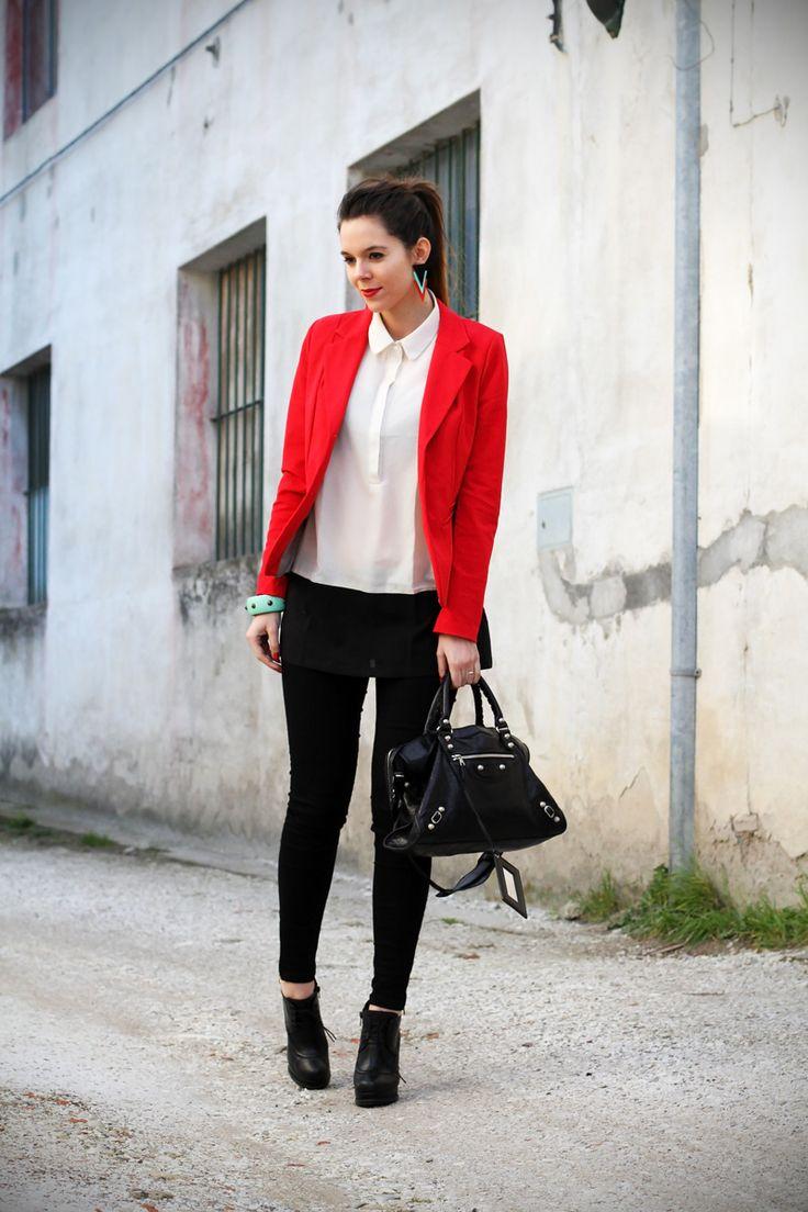 leggings push up | leggings push up calzedonia | giacca rossa | camicia bianca | tacchi alti | scarpe con tacco | stivaletti con tacco | orecchin geometrici | irene colzi | irene's closet | irene colzi | fashion blgo | fashion blogger | outfit | look