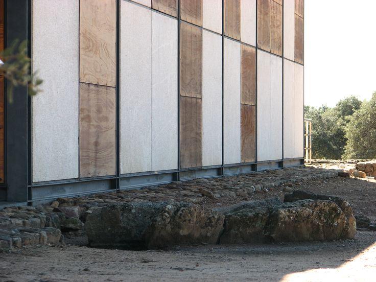 El Centro de Interpretación de Cáparra se encuentra sobre una de sus tres necrópolis encontradas. En primer plano una de sus tumbas.
