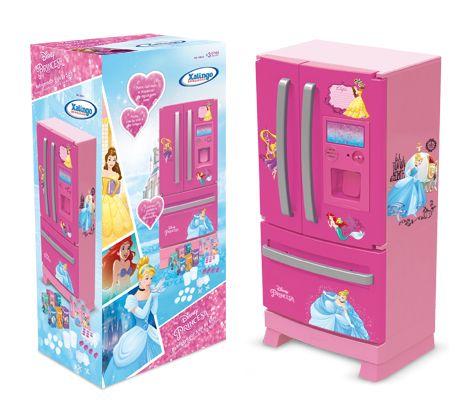 1862.1 - Refrigerador Side by Side Princesa Disney   Uma linha diferenciada para crianças modernas, com design inovador side by side, detalhes em glitter e decoração das princesas. Super resistente, o refrigerador possui corpo estruturado em peça única. Possui luz de led interna, dispenser de latinhas, som, cubinhos que imitam gelo e compartimento para abastecimento de água. Acompanham 16 acessórios.   Faixa etária: +3 anos   Medidas: 30,5 x 24 x 60,5 cm   Jogos e Brinquedos   Xalingo…