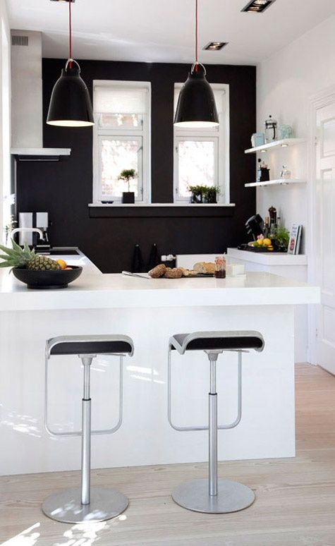 Cuisine en noir et blanc. http://www.m-habitat.fr/par-pieces/cuisine/amenager-une-petite-cuisine-2617_A