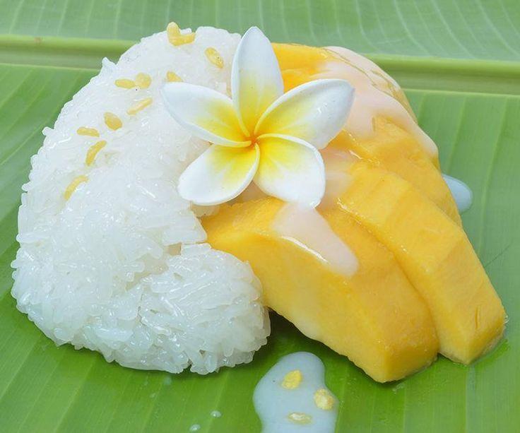 Een populair Thais dessert of een zoet tussendoortje is 'Mango & Sticky Rice' oftewel mango met kleefrijst.