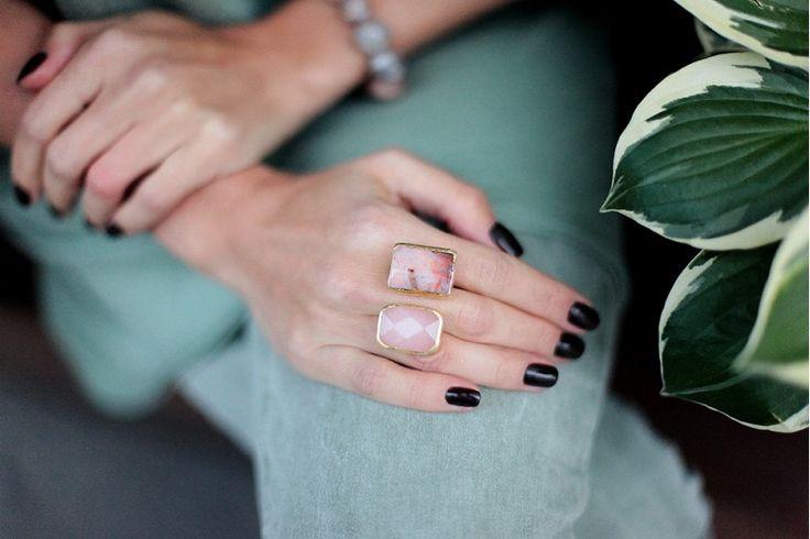 кольцо с розовым кварцем и яшмой  в позолоте