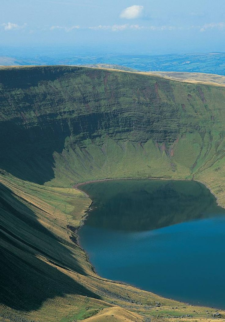 Llyn y Fan Fach, Brecon Beacons Cool Places To Visit, Places To Travel, Wales Snowdonia, British Travel, Visit Wales, Brecon Beacons, Uk Holidays, Adventure Bucket List, Family Days Out