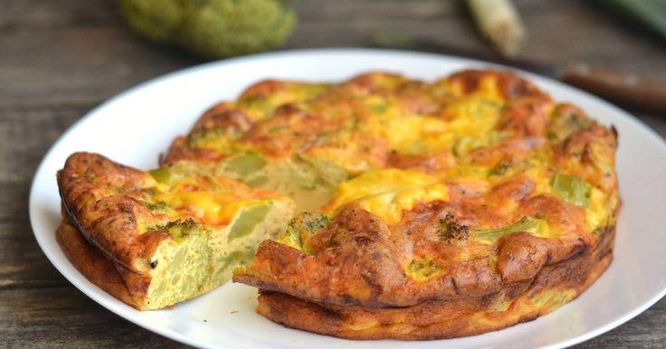 Mennyei Tészta nélküli brokkolis quiche recept! Rövid idő alatt szuper reggelit készíthetünk pár rózsa brokkoliból, tojásból, és sajtból. Próbáljátok ki ezt a Tészta nélküli brokkolis quiche receptet!