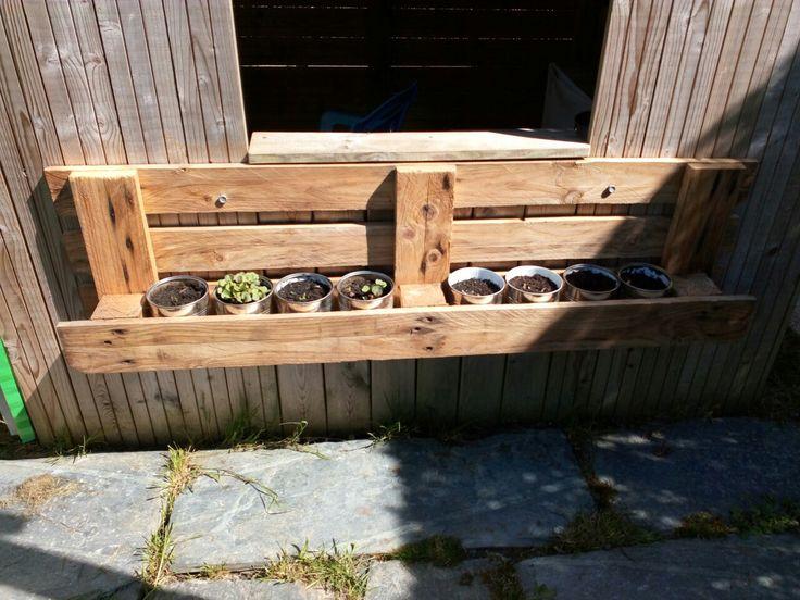 Jardinière en palette et boîtes de conserve